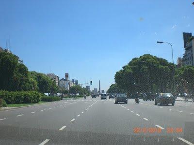 Avenida 9 de julho, Buenos Aires. Obelisco ao fundo.