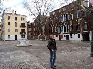 Karla numa rua em Veneza