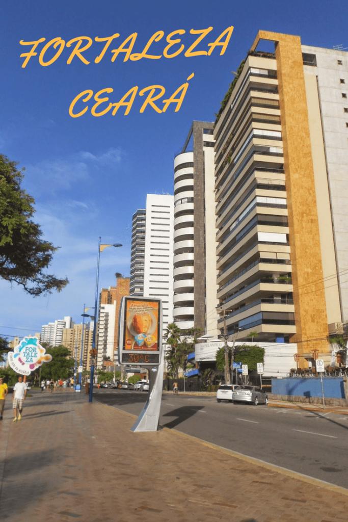 Caminhando pela Avenida Beira Mar em Fortaleza