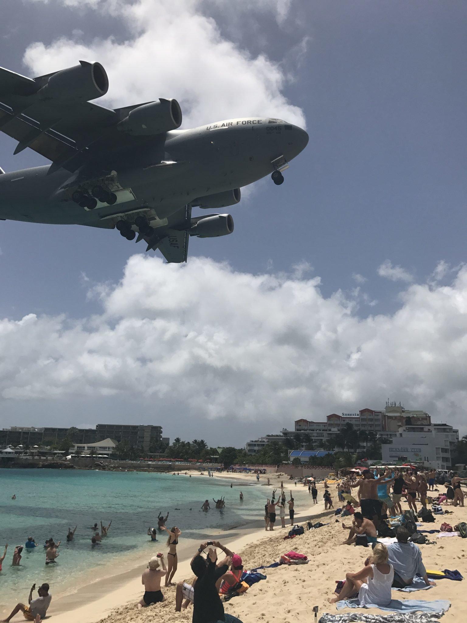 Maho Beach, St. Maarten e o avião da Força Aérea Americana tentando pousar