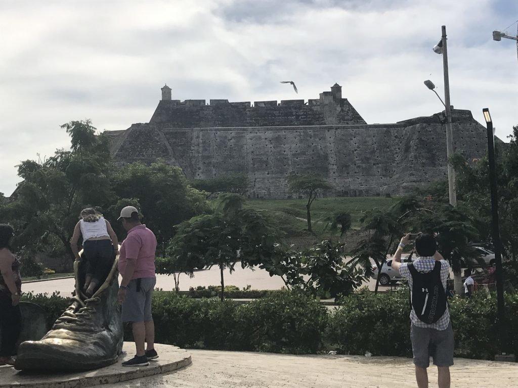 Monumento dos Sapatos Velhos com o Castelo de San Felipe atrás