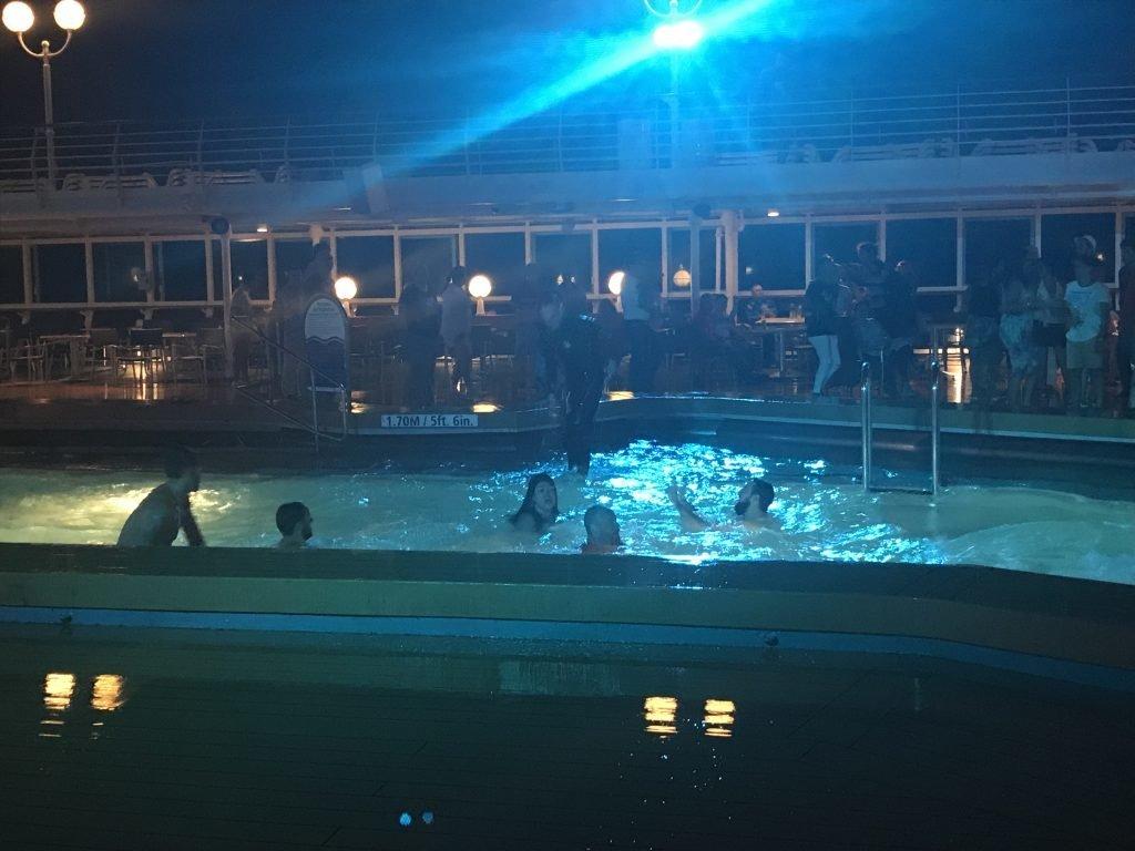 Viagem de navio: festa na piscina