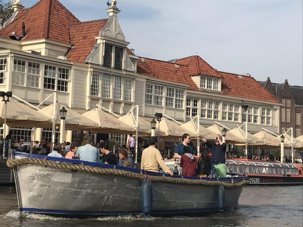 Galera reunida para passeio de barco em Amsterdam