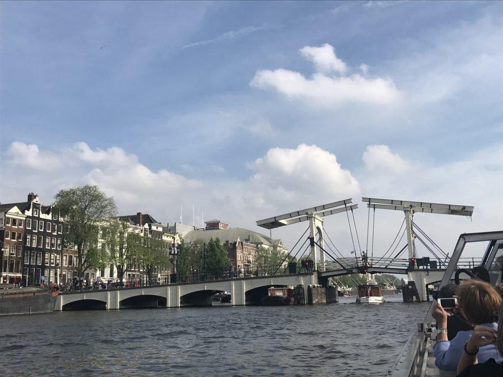 Pontes que abrem e fecham em Amsterdam