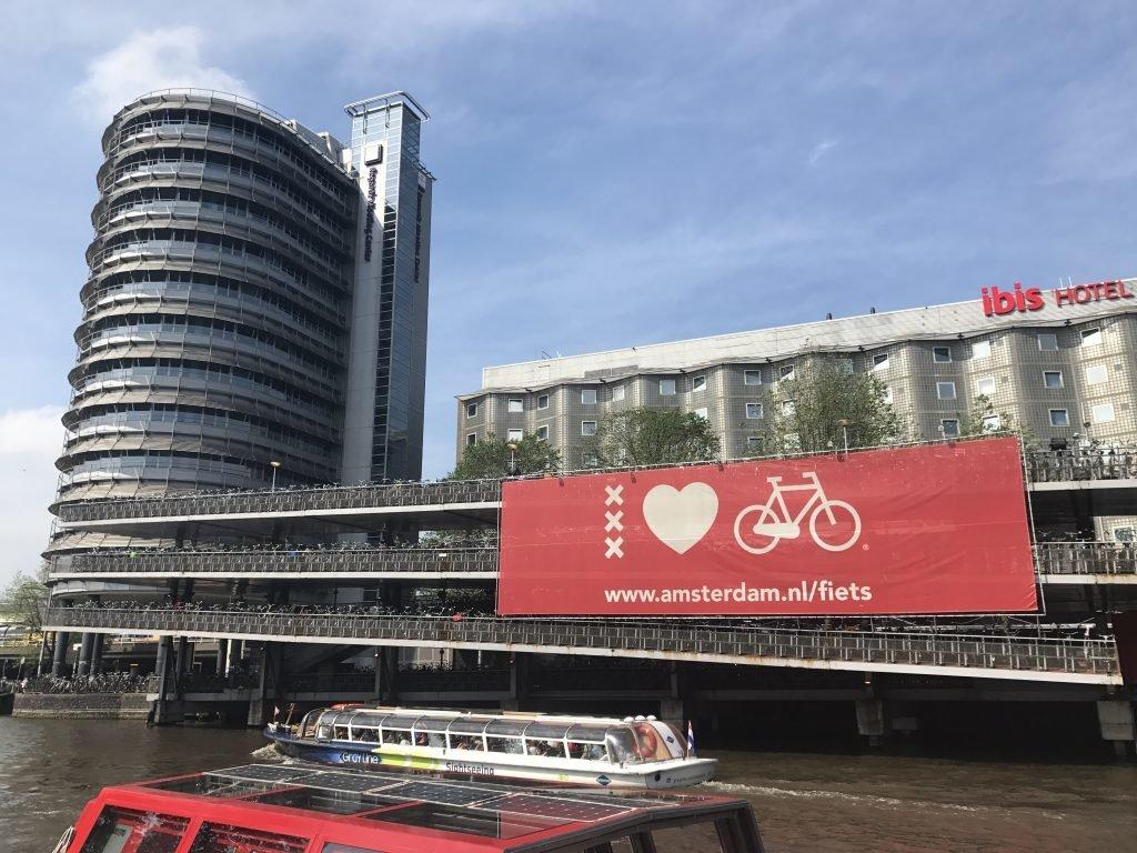 Estacionamento de bicicleta em Amsterdam