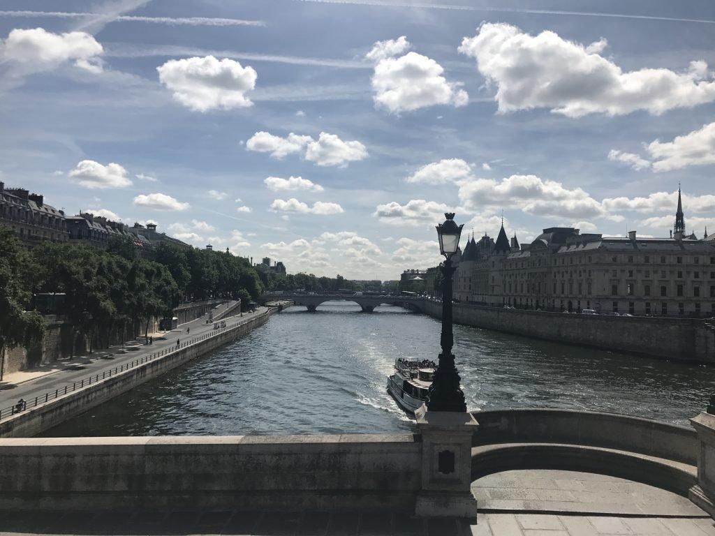 caminhar as margens do Rio Sena - passeio grátis em Paris