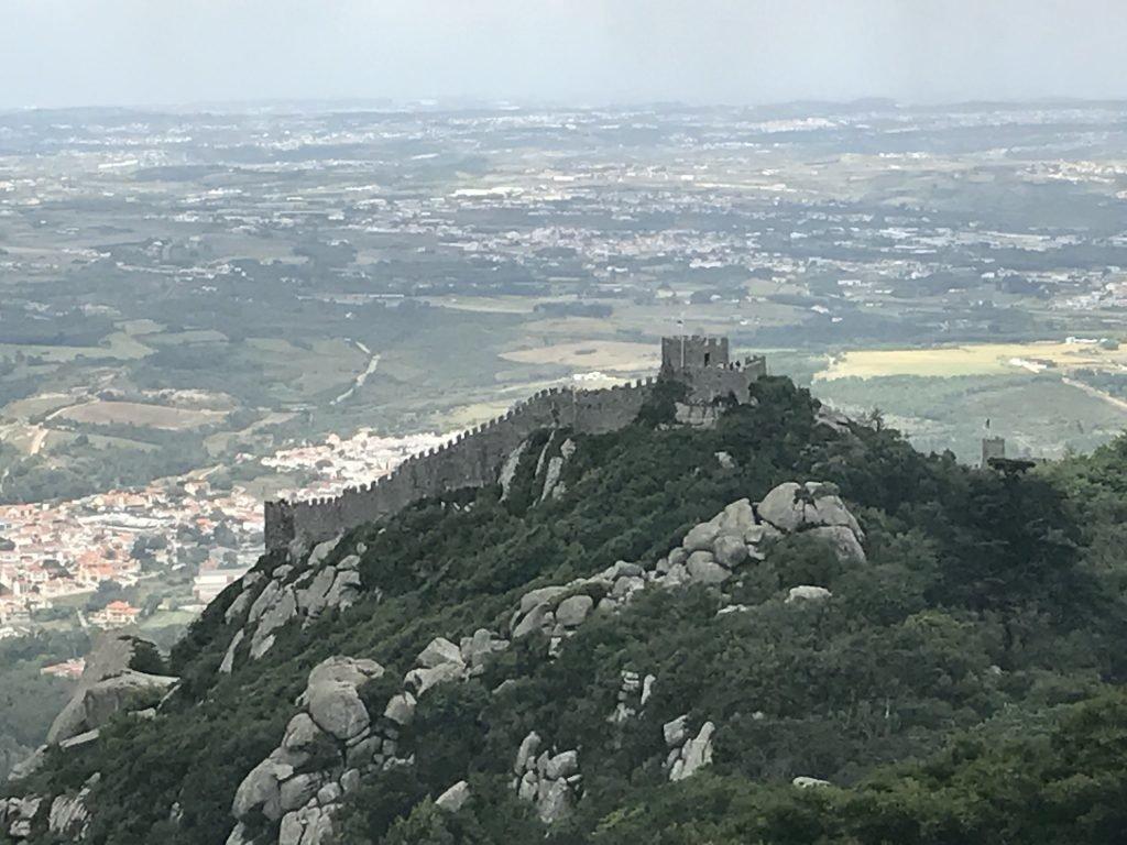 Vista do topo da serra e o Castelo dos Mouros