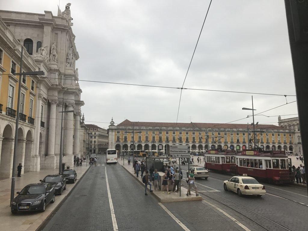 Visão parcial da Praça do Comércio com o Arco da Rua Augusta a direita