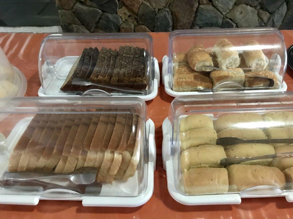 Variedade de pães no café da manhã