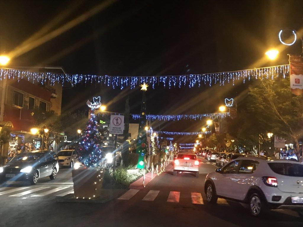 Ruas cheias de luzes em Gramado durante o Natal