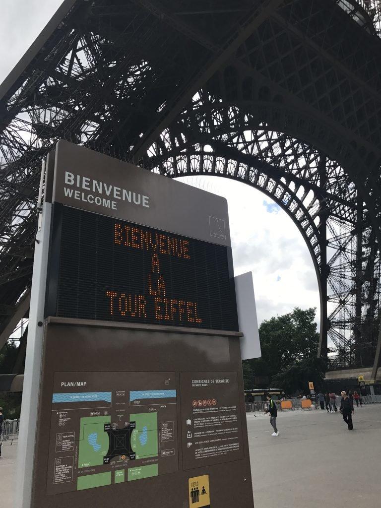 Entrando na Torre Eiffel
