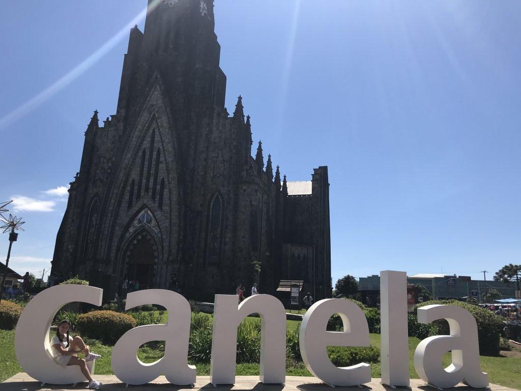 letreiro de Canela a frente da Catedral de Pedra