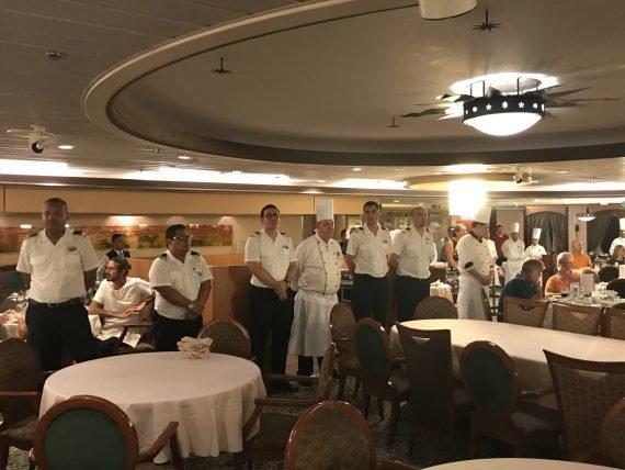 Chefs e garçons no restaurante principal do navio Monarch