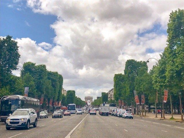Champs Elysee em Paris com o Arco do Triunfo ao fundo