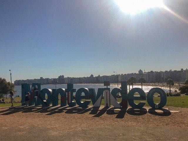 letreiro de Montevideo na praia de Pocitos