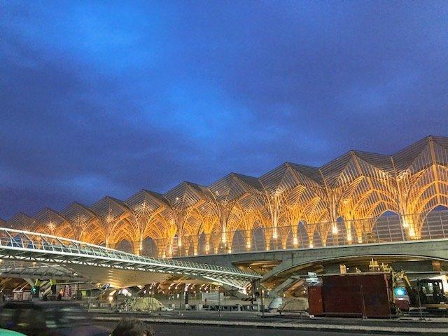 Estação Oriente a noite no parque das nações em Lisboa
