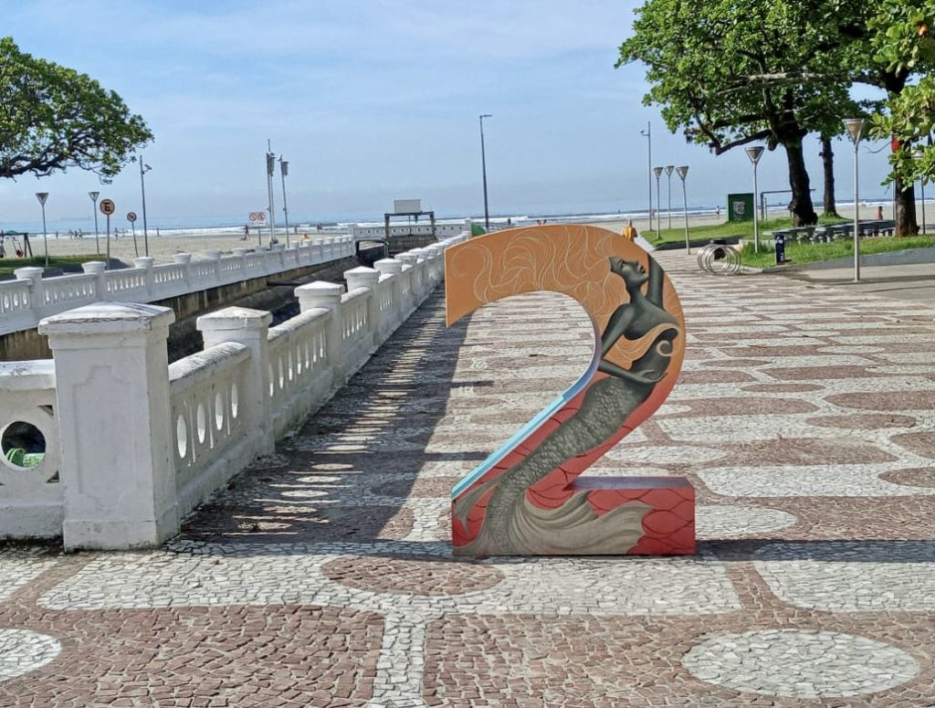 esculturas estilizadas nos canais